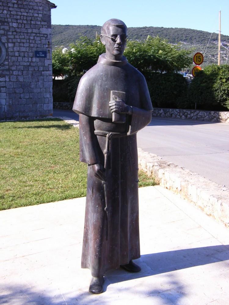 Monumento a Padre Placido Cortese