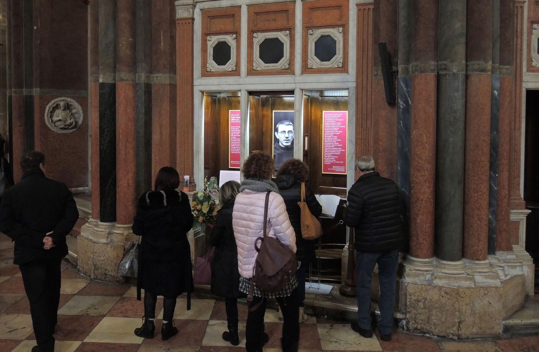 Pellegrini davanti al Memoriale del Servo di Dio P. Placido Cortese