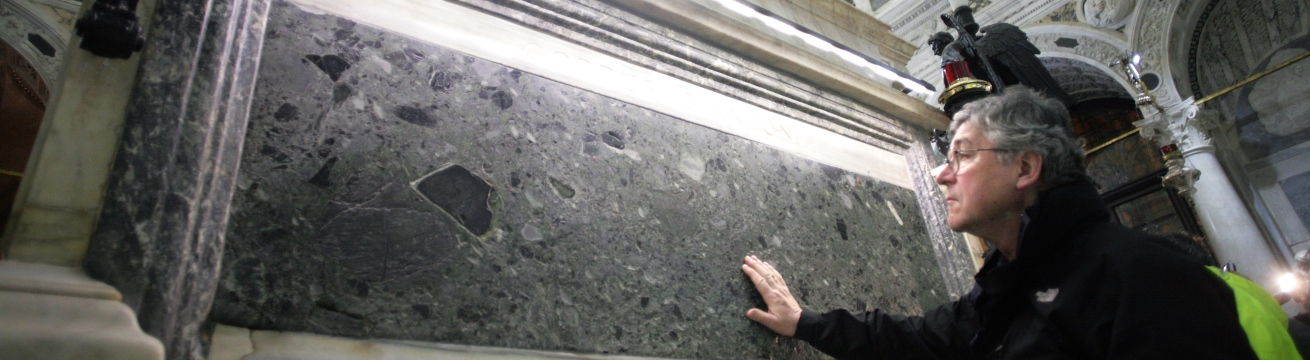 Il gesto del pellegrino alla tomba di sant'Antonio