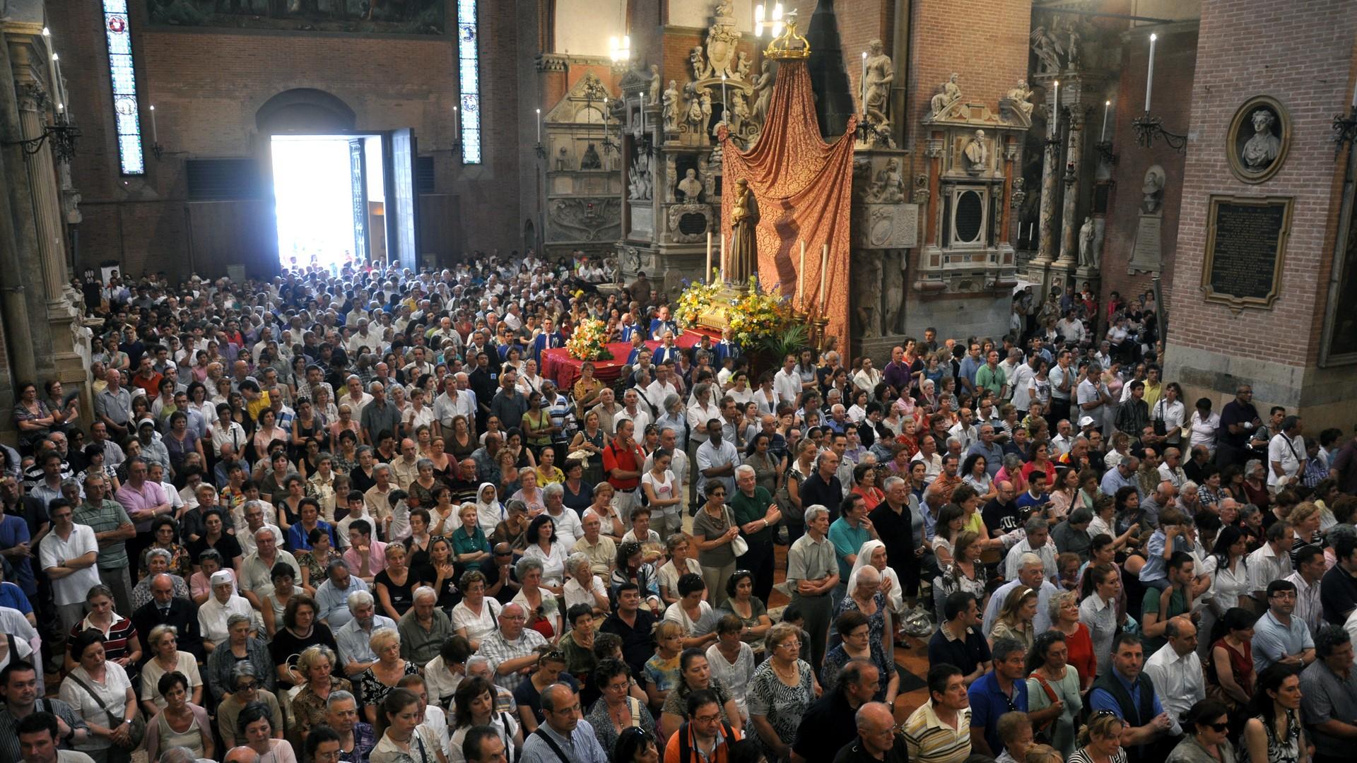 La basilica del Santo gremita di pellegrini il 13 giugno, festa di Sant'Antonio