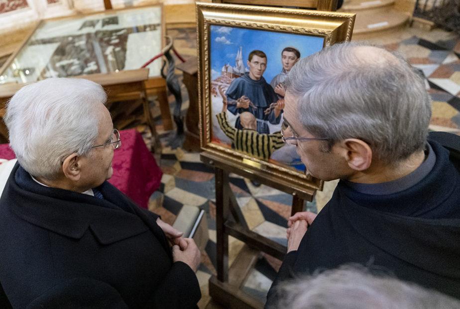 con il dipinto ricevuto in dono
