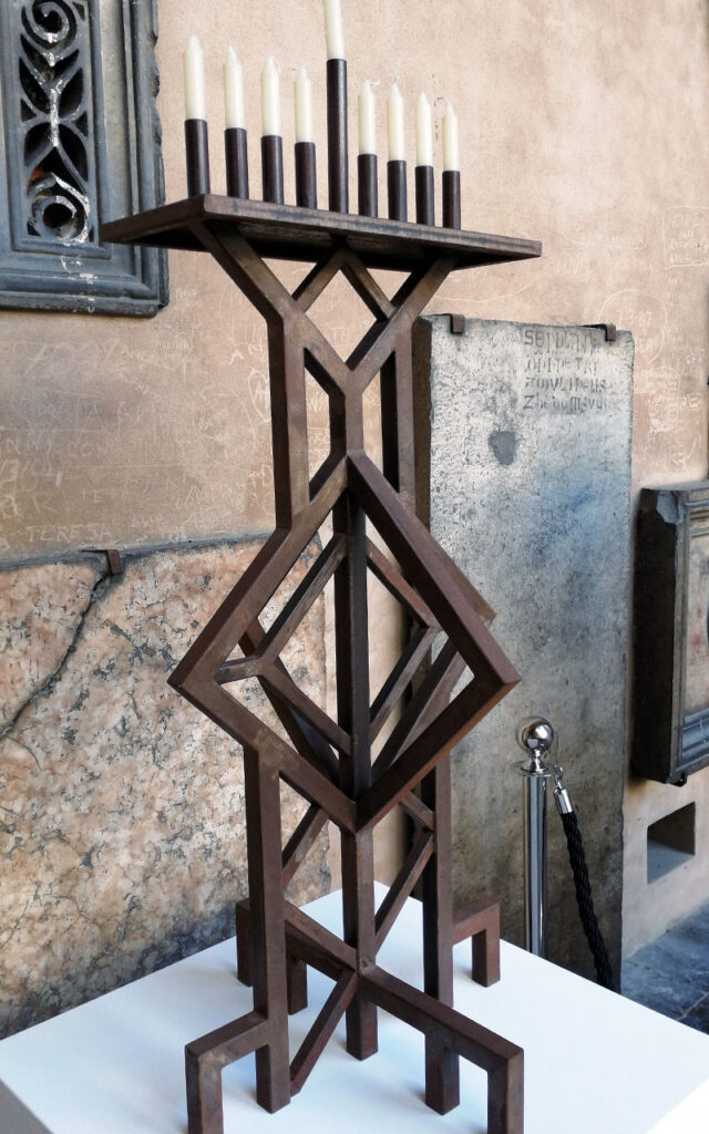 Lampada posizionata nel chiostro del Generale della basilica del Santo